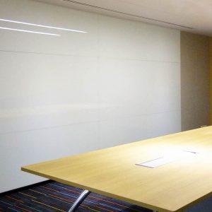 กระจกเคลือบสีสีขาวในห้องประชุม