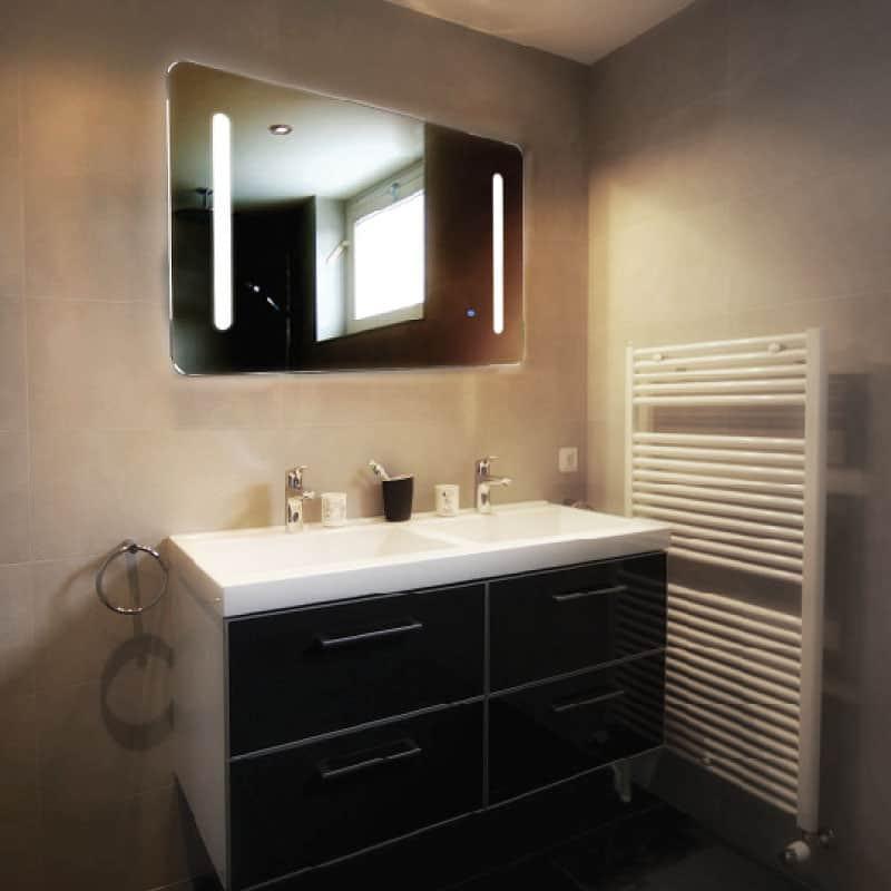 กระจกแต่งหน้าในห้องน้ำ