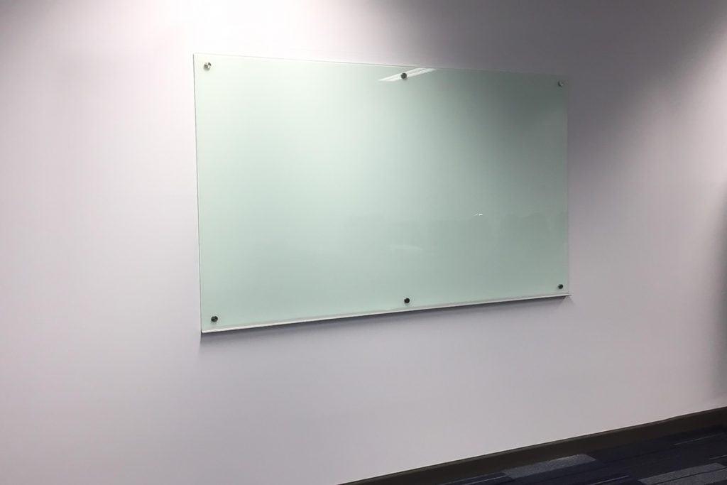 กระดานไวท์บอร์ดกระจก สี GR1