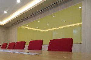 ไวท์บอร์ดกระจกสีเหลืองในห้องประชุม