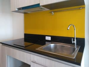 กระจกติดผนังครัวสีเหลือง