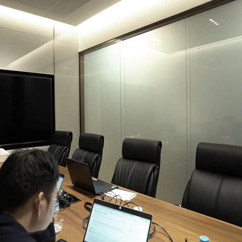 ตัวอย่างกระจกฝ้าไฟฟ้าในห้องประชุม