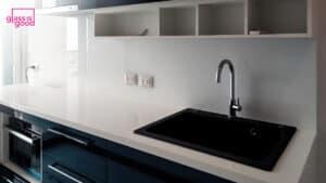 white glass wall kitchen-02