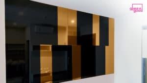 กระจกเงาติดผนังสีดำและทองแดง