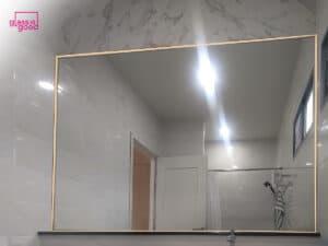 กระจกเงากรอบสแตนเลสสีทองในห้องน้ำ
