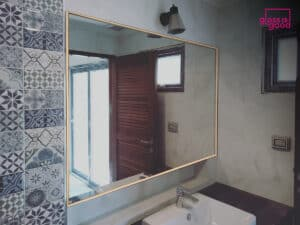 กระจกเงาในห้องน้ำ