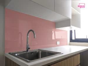 กระจกสีชมพูติดผนังครัว