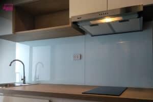 ติดกระจกบนผนังครัว