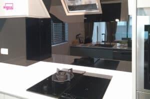 กระจกเคลือบสีดำติดผนังครัว