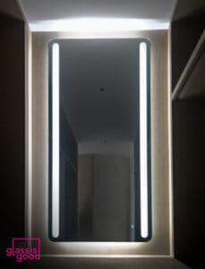 กระจกมีไฟแนวตั้งสูง